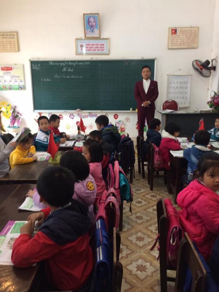 Thầy giáo Nguyễn Hải Hiến trong tiết Mỹ Thuật